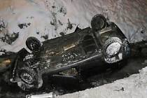 Nehoda z konce ledna. Dvaapadesátiletý řidič, který projížděl Horní Policí, neudržel auto na silnici. Od nehody navíc utekl.
