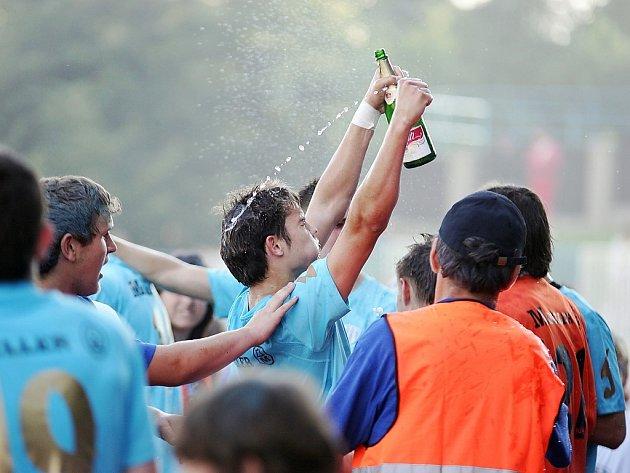ČERVEN 2009. Arsenal slaví triumf v divizní soutěži a postup do ČFL.