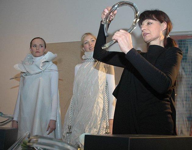 Šperky, které zdobí jak ženy tak i moderní interiér, předvedla designérka Liběna Rochová (vpravo). Skleněné objekty vytvořil Petr Novotný ze sklárny Ajeto.