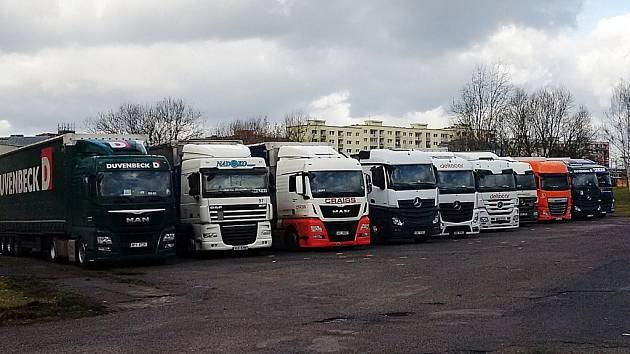 Parkoviště kamionů na místě bývalého autobusového nádraží Sever v České Lípě.