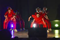 Tanečníci si pro diváky připravili několik tanečních i pěveckých vystoupení, na kterých usilovně a poctivě pracovali po celý školní rok.