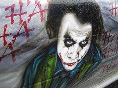 Octavii, kterou vandal poškodil, nelze přehlédnout díky její originální malbě na karoserii.