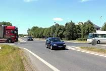 Dlouhé minuty musejí mnohdy před vjezdem do křižovatky pod zříceninou Habštejna vyčkávat zvláště pomalejší vozidla na vedlejších silnicích.