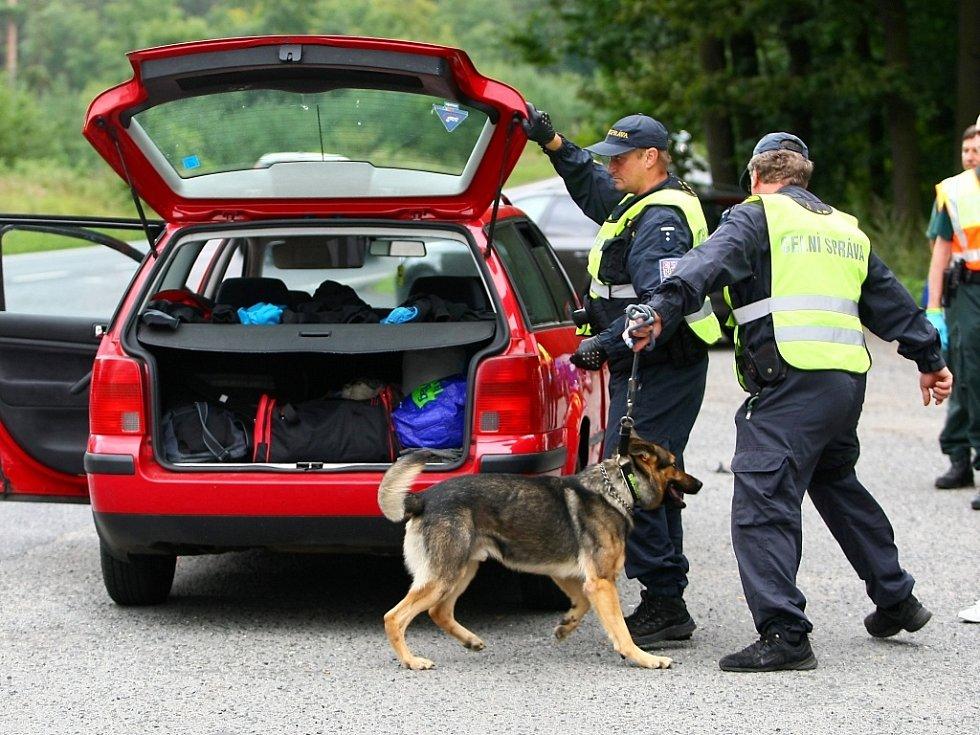Na drogy a alkohol u návštěvníků festivalu se zaměřují každoroční kontroly policistů a celníků.