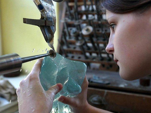 V rámci sympozia uměleckoprůmyslových škol pracují studenti také v dílnách sklářské školy v Kamenickém Šenově.