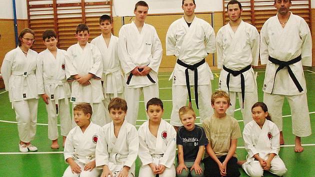Členové klubu Profikarate Mimoň se scházejí v tělocvičně ZŠ na Letné pod vedením Milana Kristla.
