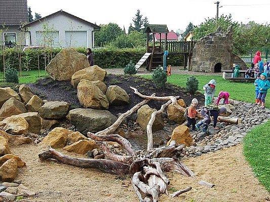 Děti v Novém Boru si hrají v originálních zahradách. Ve čtyřech mateřinkách se zahrady proměnily díky projektu na realizaci přírodních zahrad, na který město získalo dotaci v hodnotě 6 milionů korun. Stejný projekt nyní odstartovali i ve Skalici.