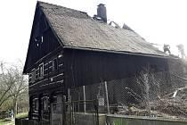 Plameny zasáhly kompletně stodolu s uvnitř zaparkovaným vozem, podkroví domu. Spodní obytnou část se podařilo hasičům uchránit.