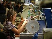Názorné ukázky a možnost vyzkoušet si na vlastní kůži výrobu světelných objektů využily převážně děti.