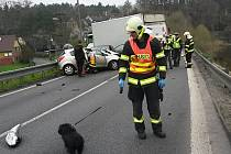 Frekventovanou silnici 9 z České Lípy na Mladou Boleslav v úterý ráno zablokovala srážka dvou osobních aut a jednoho nákladního u Zahrádek.