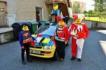 Před Základní školou na sídlišti Sever v České Lípě se opět objevila zvláštně ozdobená auta se zajímavě oblečenými posádkami. Byli to účastníci 16. ročníku závodu Severáčkova Mototrophy.