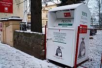Jeden z kontejnerů na oblečení lidé najdou u sídla českolipské Farní charity v Dubické ulici.
