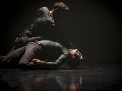 Sdružení NANOHACH založilo několik absolventů Konzervatoře Duncan centre a na české taneční scéně působí již více než deset let.