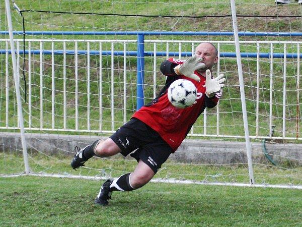 Finále: Antifotbal - Boubín. Gólman Kapoun (Boubín) chytá penaltu při rozstřelu.