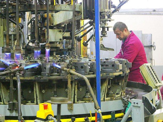 Ve výrobní hale naplno pracují seřizovači, strojníci a další zaměstnanci na tom, aby automatickou linku uvedli do provozu.
