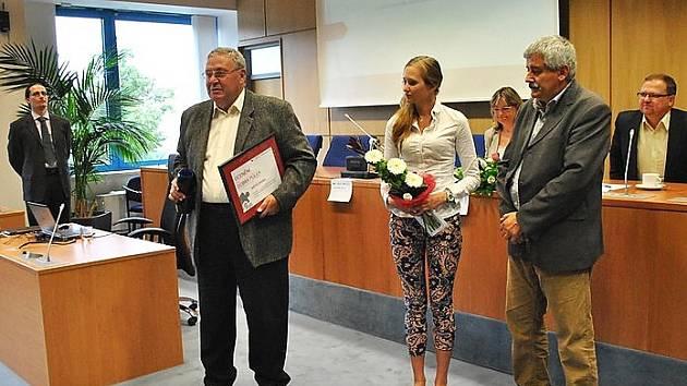 Ocenění převzali starosta města Miroslav Králík, tajemník úřadu Oldřich Němec a referentka Barbora Nováková.