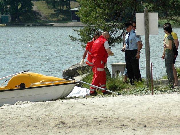 Utonulého muže našli u pláže ve Starých Splavech.