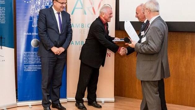Medaile od ministra Jana Mládka (vlevo) je dalším oceněním, které převzal vědec a manažer Luboš Novák (uprostřed), mimo jiné laureát ocenění Česká hlava.