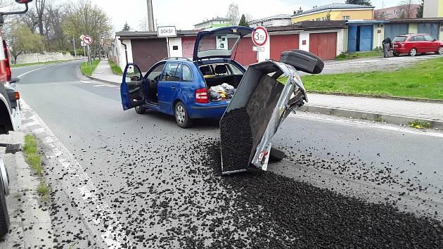 V Doksech havarovalo auto s vozíkem. Silnici zasypalo uhlí