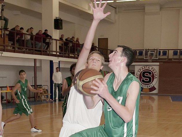 Basketbaloví junioři České Lípy se v extralize zatím  jen zabydlují. Na snímku z utkání s pražskou Spartou je Bárta (vpravo).