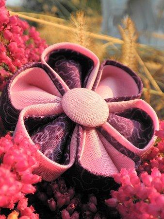 Látkové květy mladé výtvarnice.