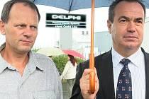 Plnou podporu při vyjednávání o co nejlepší odstupné pro patnáct stovek zaměstnanců Delphi Packard, kteří  během pár měsíců přijdou o práci, vyjádřil hejtman Librereckého kraje Stanislav Eichler (vpravo)  předsedovi odborářů Ladislavu Bělohlavovi.