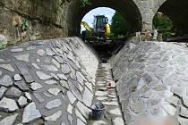 Kamenná zádlažba pod mostem u Markvartického rybníka.