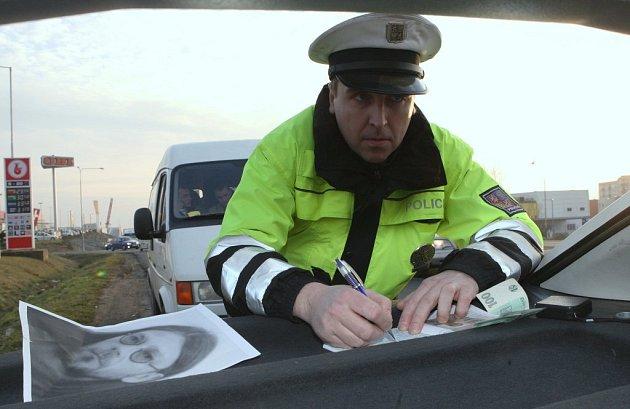 Policisté hlídkují na silnicích
