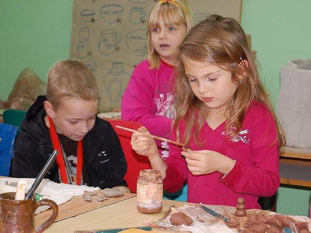 Dům děti a mládeže Libertin nabízí dětem, které mají prázdniny, smysluplné využití volna v keramické dílně.