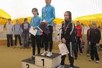 Bronzový stupínek. Adéla Frydrychová (vpravo) z AC Česká Lípa si v chůzi na  3 km starších žákyň došla pro třetí místo. Tento závod byl také součástí Mistrovství České republiky.