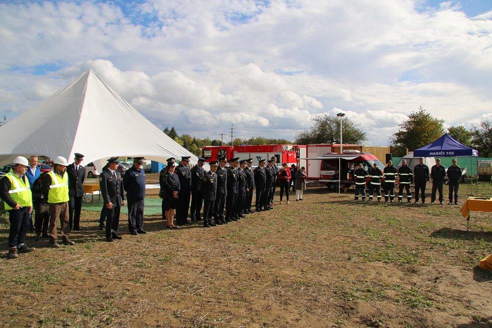 Ve středu 9. 10. se na staveništi budoucí stanice profesionálních hasičů v Doksech uskutečnilo slavnostní poklepání na základní kámen nové stanice Hasičského záchranného sboru Libereckého kraje.