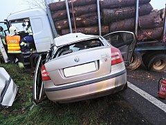V říjnu došlo k tragické nehodě na komunikaci mezi Jestřebím a Zahrádkami, kde se střetl tahač plně naložený dřevem s osobním automobilem Škoda Octavia.