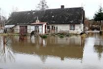 Velká voda trápí obyvatele Pertoltic pod Ralskem téměř každý rok. Snímek je z loňského února.