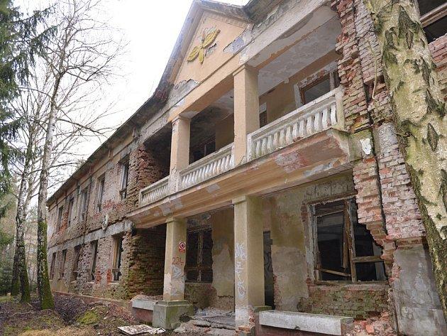 Všechny objekty po sovětské armádě jsou v dezolátním stavu, zejména dva bývalé štáby, které se nacházejí v blízkosti centra Ploužnice, jsou pro okolí velice nebezpečné.
