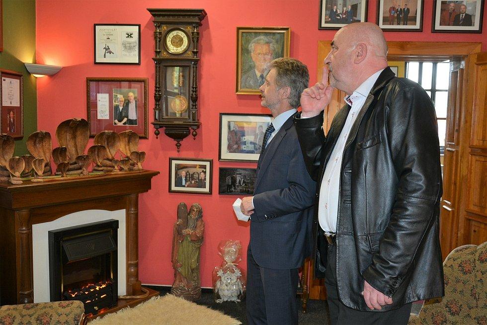 Předseda Senátu Parlamentu České republiky v Kravařích navštívil starostu Víta Vomáčku.