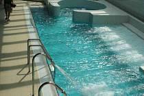 Plavecký i relaxační bazén, vířivka i brouzdaliště čekají na první návštěvníky.