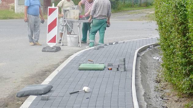 Výstavba bezbariérových částí chodníku v ulicích Nedamovská, Požárníků a Českolipská ve městě Dubá.