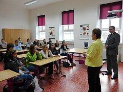 Za účasti krajské školské radní paní Aleny Losové byla slavnostně otevřena nová učebna pro výuku přírodovědných předmětů na Obchodní akademii v České Lípě.