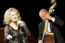 Královna českého swingu a ikona divadla Semafor Eva Pilarová vystoupila v českolipském Jiráskově divadle.