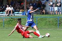 Skalice doma ztratila, Mšenu podlehla 0:1. Na snímku se hostující Hušek snaží zastavit pronikajícího Sedláčka.