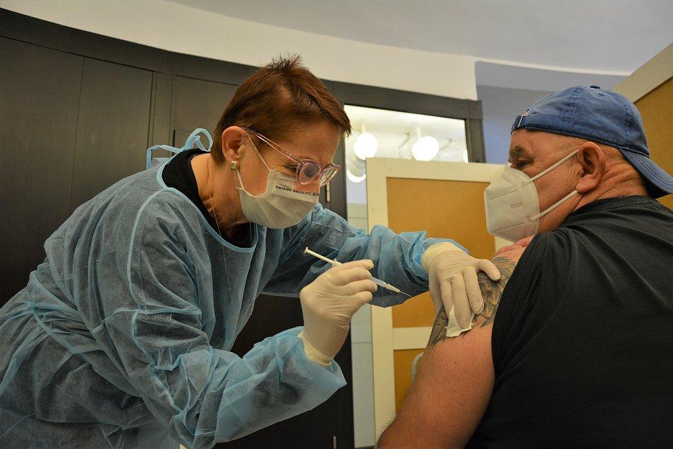 Očkovací centrum v novoborském divadle.