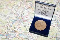 Na lícové straně budova radnice a na rubové straně historická pečeť města, tak vypadá nová medaile České Lípy.