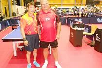Reprezentant České republiky, stolní tenista František Just z České Lípy (vpravo), na snímku společně s čínským soupeřem Vangem z Číny.