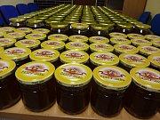 První letošní medobraní mají odsouzení z Věznice Stráž pod Ralskem za sebou. Minulý týden vytočili z devíti včelstev celkem 170 kg medu.