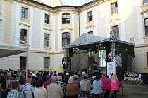 Zajímaví hosté, romantické prostředí a benefiční charakter lákají v sobotu 5. srpna na zámek Zahrádky, kde proběhne již devatenáctý ročník Noci s hvězdami.