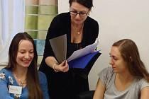 Inka Mery (uprostřed) při práci s dobrovolníky Farní charity.
