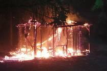 V plamenech skončila na Štědrý den zahradní chatka nedaleko vlakového nádraží v Blíževedlích.