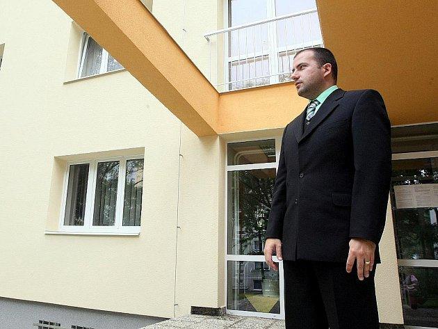 Ředitel školy Petr Veselý před nově opravenou budovou domova mládeže.