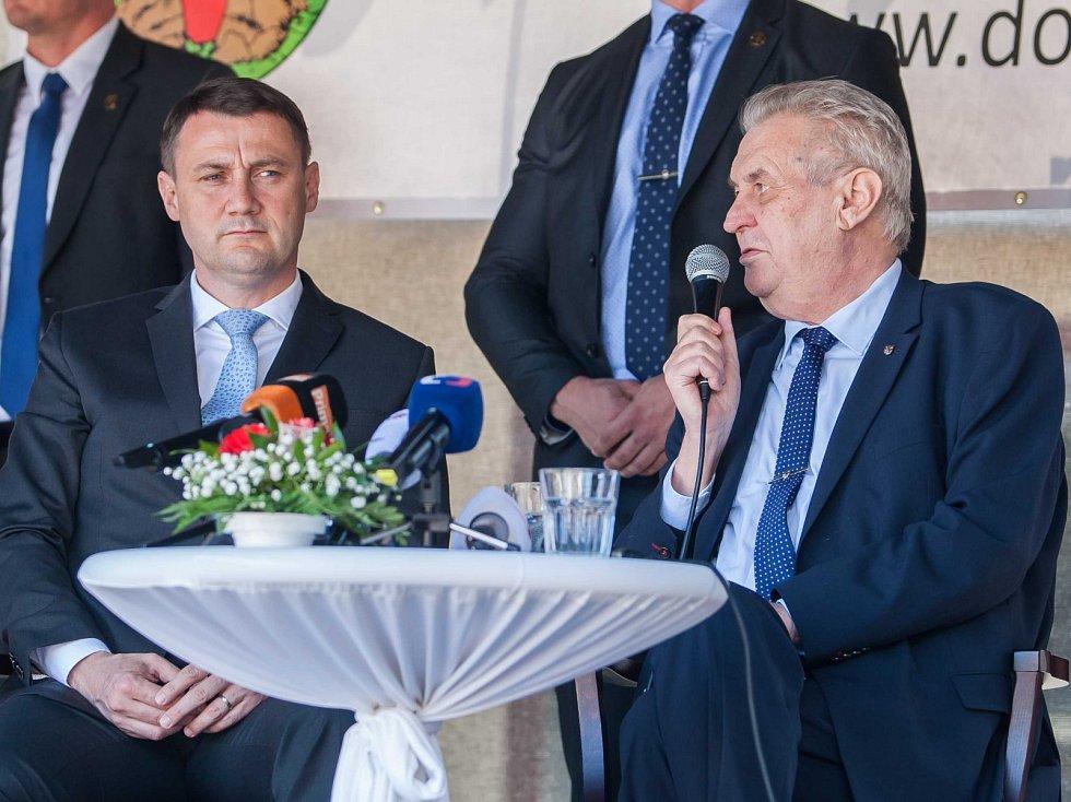 Prezident České republiky Miloš Zeman navštívil 11. května v rámci návštěvy Libereckého kraje město Doksy, kde se setkal s představiteli města a občany. Na snímku zleva Martin Půta a Miloš Zeman.