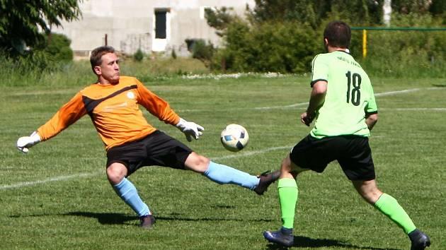 Kamenice - Doksy B 1:0 (0:0). Miklovič prostřelil hostujícího gólmana Szaba, ale míč skončil vedle branky.